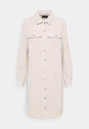 PCEFFI SHIRT DRESS - Skjortekjole - white pepper