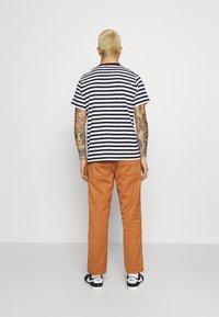 Carhartt WIP - ABBOTT PANT DENISON - Pantalones - rum rinsed - 2