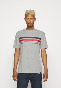 Newport Bay Sailing Club - CHEST STRIPE 2 PACK - T-shirt z nadrukiem - navy/grey marl - 1