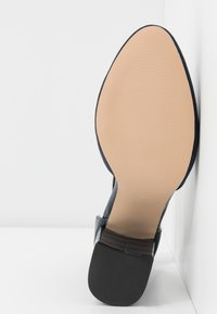 Dorothy Perkins Wide Fit - WIDE FIT DEBS ROUND TOW TWO PART COURT - Zapatos altos - navy - 6