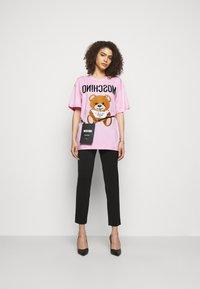 MOSCHINO - Print T-shirt - fantasy pink - 1