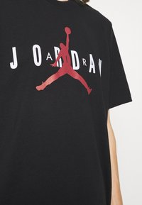 Jordan - JORDAN AIR TEE - Print T-shirt - black/white/gym red - 4