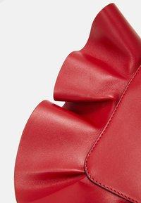 Red V - RUFFLE SHOULDER - Taška spříčným popruhem - red kiss - 4