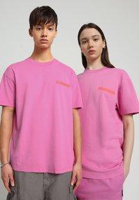 Napapijri - S-HAENA - T-shirt con stampa - pink super - 1