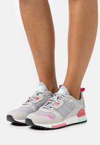 adidas Originals - ZX 700 HD - Trainers - grey two/silver metallic/haze rose - 0