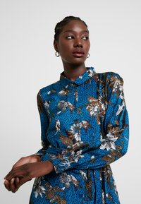 Kaffe - KADOTTI DRESS - Skjortklänning - moroccan blue - 4