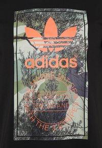 adidas Originals - CAMO TONGUE TEE - T-shirt med print - black - 2