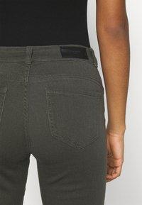 Vero Moda - VMHONNISEVEN PUSH UP KNICKERS - Denim shorts - beluga - 4