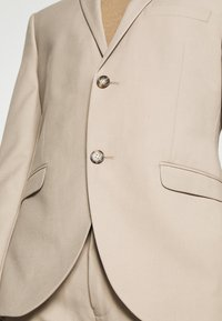 Isaac Dewhirst - PLAIN LIGHT SUIT - Completo - light brown - 6