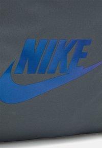 Nike Sportswear - HERITAGE UNISEX - Rucksack - smoke grey/iridescent - 4