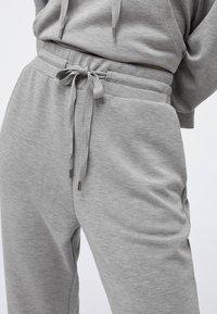 OYSHO - Pantalon de survêtement - light grey - 5