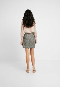 Fashion Union Tall - DELENA SKIRT FASHION UNION CHECK SKIRT WITH CHAIN BELT - Miniskjørt - black/white - 2