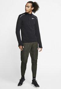 """Nike Performance - NIKE PERFORMANCE HERREN LAUFSHIRT """"THERMA SPHERE 3.0"""" LANGARM - Long sleeved top - black - 1"""