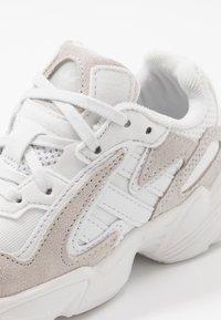 adidas Originals - YUNG-96 CHASM - Sneakers basse - crystal white/footwear white - 2