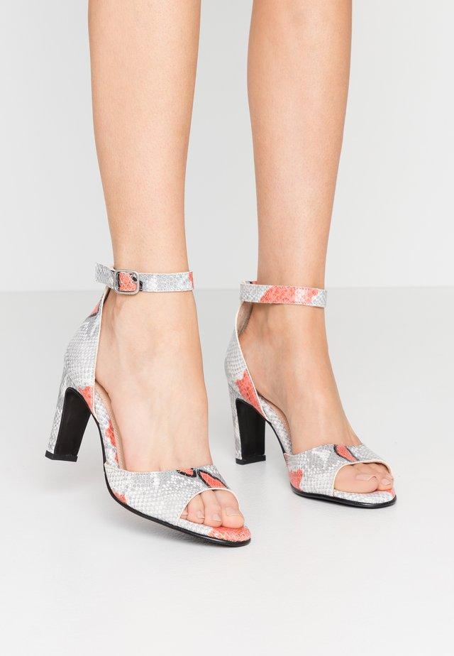 SLFKIM SNAKE HIGH HEEL  - Højhælede sandaletter / Højhælede sandaler - cranberry