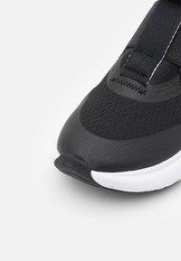 Nike Performance - FLEX PLUS UNISEX - Neutrální běžecké boty - black/white - 5