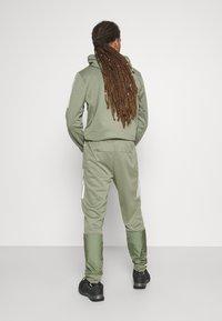 adidas Performance - MUST HAVES AEROREADY SPORTS REGULAR PANTS - Pantalon de survêtement - green - 2