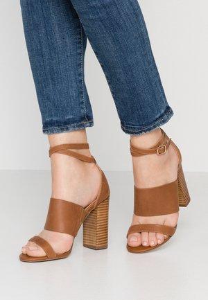 KUDOS - Korolliset sandaalit - tan