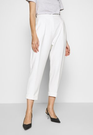 PLEATED TROUSER WITH TURN UP - Pantalones - white