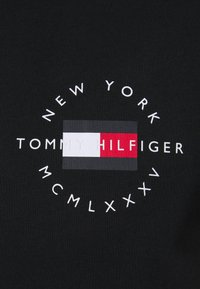 Tommy Hilfiger - CIRCLE CHEST TEE - T-shirt med print - black - 6