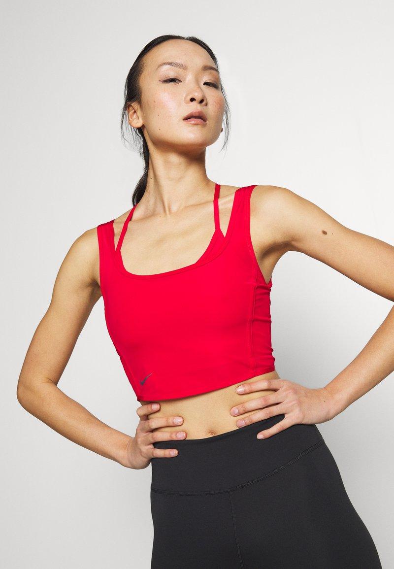 Nike Performance - CITY TRAIN - Top - university red/reflect black