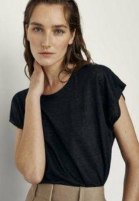 Massimo Dutti - MIT RUNDHALSKRAGEN  - T-shirt basique - black - 2