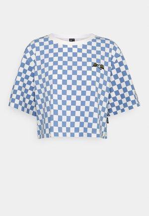 CHESSBOARD TEE - T-shirt z nadrukiem - white/blue