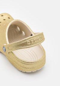 Crocs - CLASSIC GLITTER  - Mules - light gold - 5