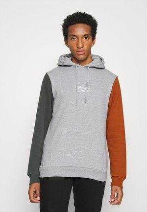 STITH HOOD - Sweatshirt - caramel/evergreen
