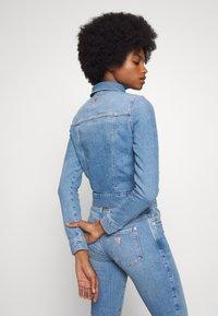 Guess - ADELYA ZIP - Kurtka jeansowa - dolby - 2