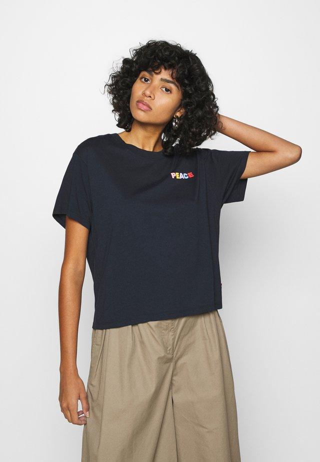 GRAPHIC VARSITY TEE - T-shirt con stampa - dark blue