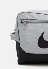 Nike Performance - SHOE 11L UNISEX - Wash bag - light smoke grey - 3