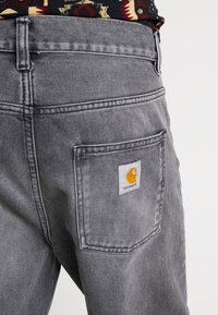 Carhartt WIP - NEWEL PANT MAITLAND - Relaxed fit -farkut - black worn washed - 5