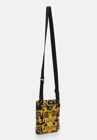 Versace Jeans Couture - UNISEX - Bandolera - black/gold - 2