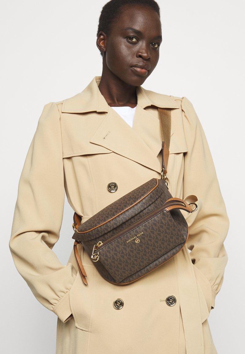 MICHAEL Michael Kors - SLATER SLING PACK - Across body bag - brown/acorn