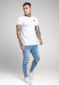 SIKSILK - SPACE DYE ROLL SLEEVE TEE - T-shirt - bas - white / grey - 1