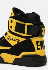 Ewing - 33 HI - Baskets montantes - black/dandelion - 6