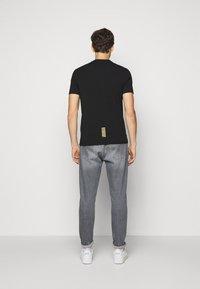 EA7 Emporio Armani - T-shirt med print - black - 2