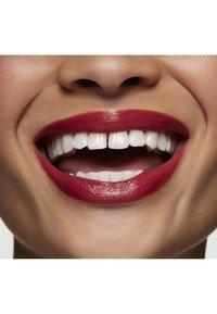 MAC - LOVE ME LIQUID LIPCOLOUR - Vloeibare lippenstift - still winning - 4