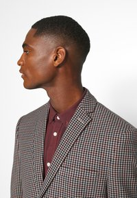 Isaac Dewhirst - BOLD VINTAGE CHECK SUIT - Garnitur - red check - 10