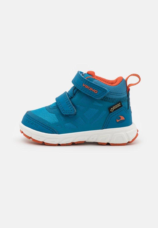 VEME MID GTX UNISEX - Obuwie hikingowe - royal blue/rust