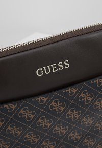 Guess - MANHATTAN FLAT CROSSBODY - Sac bandoulière - brown - 6
