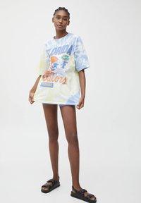 PULL&BEAR - VARSITY  - Print T-shirt - white - 1