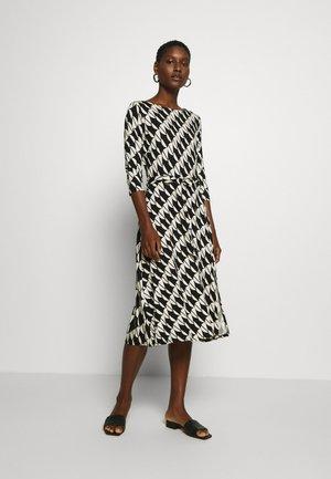 BELTED JERSEY DRESS - Jerseyklänning - mono