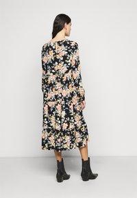 PIECES Tall - PCMAGGI MIDI DRESS - Denní šaty - black - 2