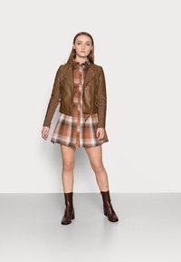 Missguided Petite - PLEATED WAIST DRESS CHECK - Shirt dress - rust - 1