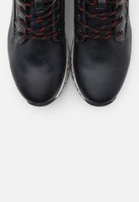 Mustang - Kotníkové boty na platformě - schwarz/rot - 5