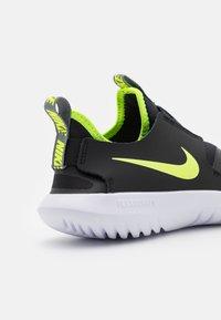 Nike Performance - FLEX RUNNER UNISEX - Juoksukenkä/neutraalit - smoke grey/volt/black/white - 5