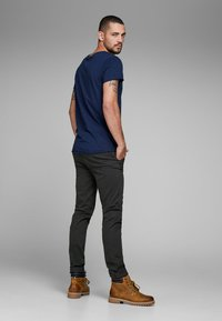 Jack & Jones - MARCO BOWIE - Pantalones chinos - black - 2
