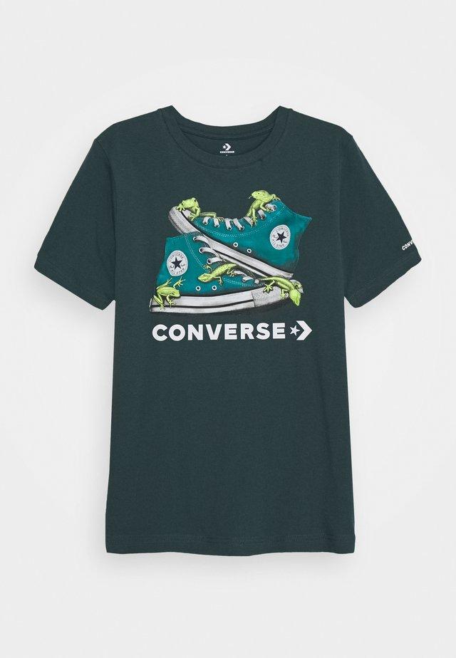 BIO CHUCKS TEE - Print T-shirt - faded spruce